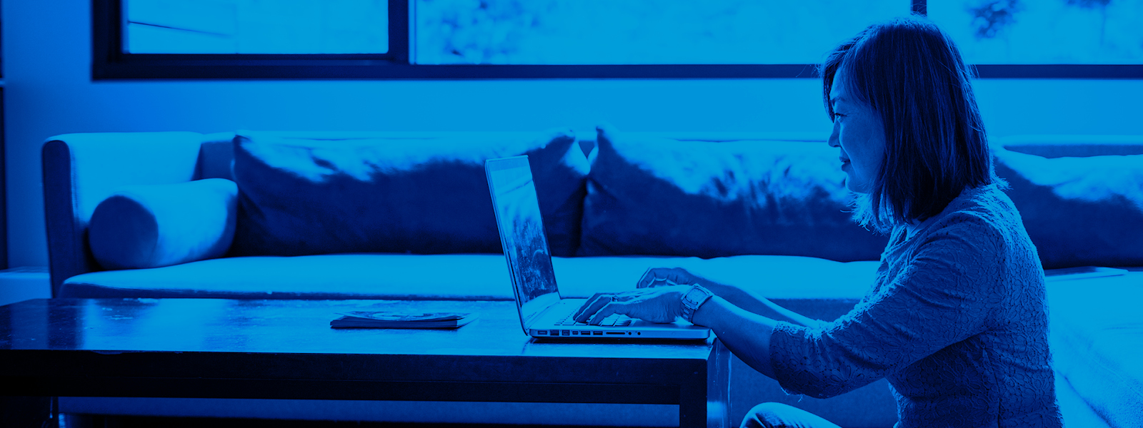 Imagen de una mujer usando su laptop