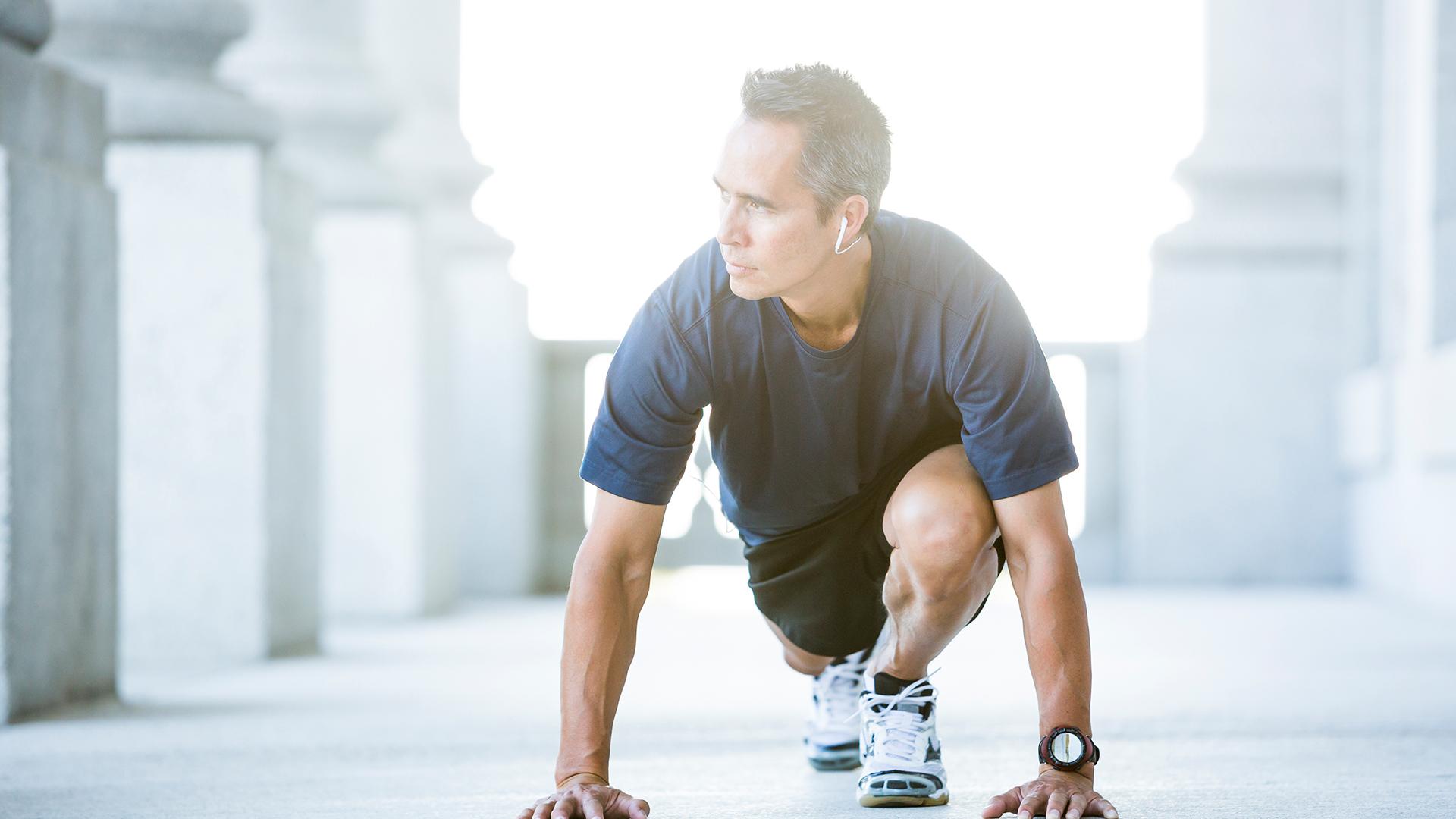 Imagen de un hombre estirando para realizar un ejercicio